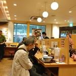 阪急そば若菜 - 店内の風景。