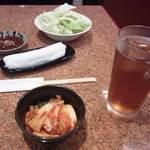 ふうふう亭 - キムチ・焼きキャベツ(サービス)・ウーロン茶