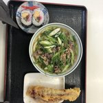 82623965 - 九条うどん肉入り・巻き寿司・下足天                       九条ねぎと肉が混ざって良い味になってます。