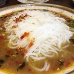李湘潭 湘菜館 - 唐辛子蒸しに米粉麺を投入