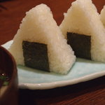骨付鳥かもん - 鳥の油に付けて食べるおにぎり+スープ(300円)!