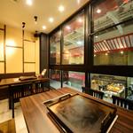 名古屋もつ焼き ひとすじ -  窓際の景色がきれいな席 テーブル2卓 友人知人,ご夫婦やデートにも