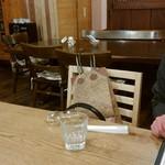 ファットリア こもと - 着席のテーブルからレストラン奥を眺める