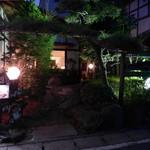 ブラジル屋 - 小さいながら和の庭園が設えてある。期待を高めるアプローチ