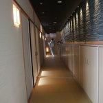 8265112 - 廊下を進む