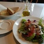 82659952 - プロシュートコットと季節野菜のサラダ、自家製パン(フォカッチャ、くるみカンパーニュ)