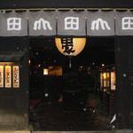 うどん本陣 山田家 讃岐本店 - 山田屋さんの入口です。 写真の白い丸は雨です。 19時50分頃だったので当然夜モードです。 ここは、おもむきがありました。 元々は酒蔵だったみたいですね。 それを改装してうどん屋さんにしたそうです。