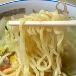 82662569 - こちらの麺は多加水中太麺です!