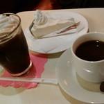 丘 - 私の注文したウインナーコーヒー(480円)はかなり苦めでしたが、甘い生クリームたっぷりで美味しかったです。相方は珈琲(430円)とチーズケーキ(300円)を注文。チーズケーキは酸味は少なく優しい甘さとの事