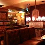 丘 - 昭和の香り漂う純喫茶。レトロなシャンデリアが薄暗い店内を照らしています。テーブルの上には灰皿も置いてありました。