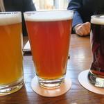 82665940 - 地ビール 真ん中のを飲みました
