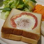 82666098 - *パンの一部をくり抜き、その中に「ベーコンエッグ」が入っていて面白い。 ただ食べにくかったですけれど。(^^;) くり抜いたパンはトーストして添えられています。
