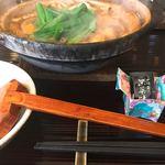 煮込みうどん 二橋 - 八丁味噌煮込みうどんには別の黒七味が添えられます