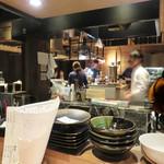 水産卸直営酒場 ぎんりん - 活気ある厨房を囲む大きなカウンター席。