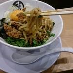 麺やマルショウ 地下鉄新大阪店 - 台湾まぜそばの麺持ち上げ