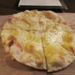 82679355 - ピザは2種類頼んでみました、一枚目は生カラスミのクリスピーピザ980円。                                              薄い生地で焼かれた軽いおつまみ感覚の香りの良いピザです。