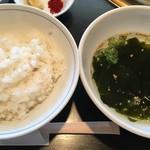82687199 - 定食のライスとわかめスープ