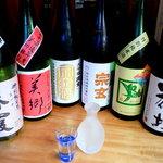 夥汲 - 地酒は銘柄より蔵元を中心にした品揃え。店主自ら吟味したお酒をじっくり堪能できる。