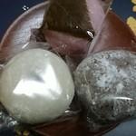 82690131 - 桜餅、黒ごま大福、塩こし大福(光って見にくい(--;))