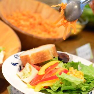 ランチでは毎朝届く新鮮なお野菜が食べ放題!