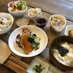 ソイソイカフェ - 日替わりでメインが変わります。写真は豆腐ハンバーグ。