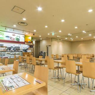 広々とした飲食スペース