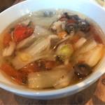 鉄板中華 青山シャンウェイ - ビュッフェから取ってきたスープ