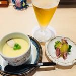 鮨みやもと - 料理写真:ランチビール@380円と 特上にぎりに付く小鉢と茶碗蒸し(この日はグリーンピースと筍の茶碗蒸し)