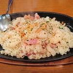 日本酒バル YODARE - プリプリエビガーリック焼き飯