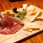 地鶏本格炭火焼 焼き鳥 南 - ◆チーズに生ハムを巻いて召し上がれ!