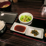 串揚げ いんぐ - ご飯、お味噌汁、サラダに小鉢2種、漬物。小鉢がとても美味しかった。
