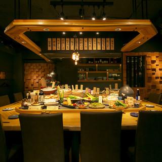 カウンターに並ぶ新鮮な食材を目の前で調理。ライブ感溢れるお店