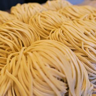 三藤特注の岩手県産小麦を使用した平うち麺