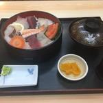出雲屋 - 海鮮丼950円。お吸い物付き。