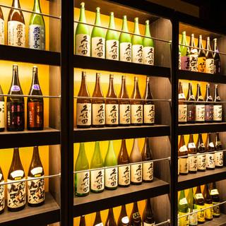 全国各地から取り寄せた80種以上の地酒の数々