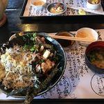 レストランかつお船 - 半々丼。味噌汁、お漬物、小鉢(さつまいも)が付いてました。