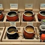 かつ久 - おかわり自由の香の物やあられや塩昆布、お茶漬けの素や調味料