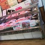 82721792 - 焼肉店の肉購入場所       色々な部位があります