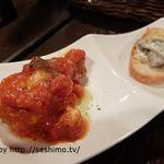 Italian Bar Pazzo - お通しのトマトソースチキン&ホワイトソース茸バゲット