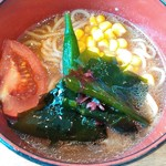 ココス - トマト入り味噌ラーメン サラダコーナーの野菜や海藻類をトッピング♪