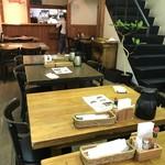 ハング ジュニア - 奥に長いフロアに、2〜4人掛けのテーブルが並びます(2018.3.20)