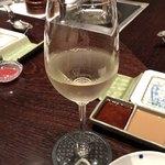 北新地 串かつ凡 - 白ワイン(グラス)で乾杯♪