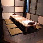 博多もつ鍋 幸 - 最大10名様まで座れる半個室席は、プライベートな空間。