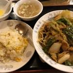 東海飯店 - Dセット 五目焼きそば + (小)チャーハン 950円。