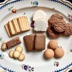 村上開新堂 - クッキー2(茶色いクッキー2種類と右側の丸いクッキーはサンドです)