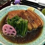 慶元流 - 濃厚な味わいの角煮です。水菜のおひたしが口の中をサッパリさせます。