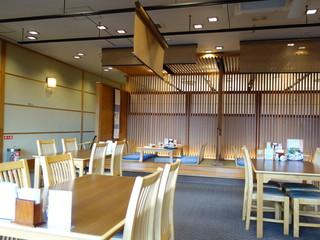 和食堂 舟津 - エントランス付近には立派なカウンター席あり