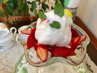 コーヒーパーラー ヒルトップ - 苺パフェ 1,400円