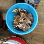 木村功商店 - バケツの中の牡蠣