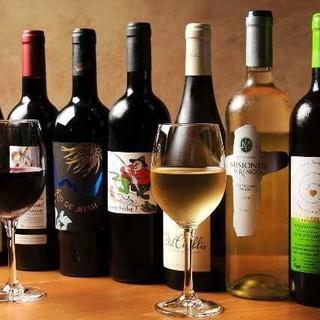 厳選グラスワインは700円~、ヘルシーなビオワインも豊富。